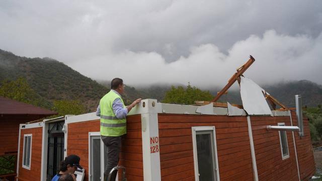 Milasta fırtına: Bazı evlerin çatısı uçtu, elektrik direkleri devrildi