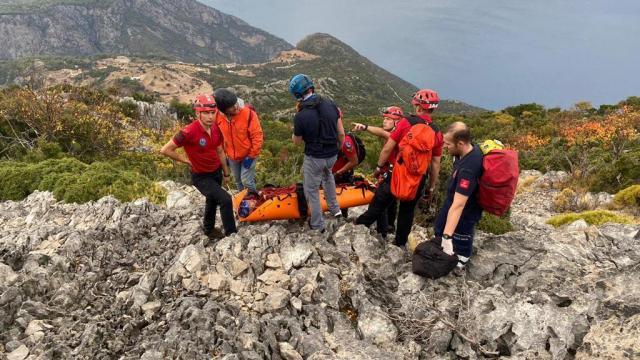 Fethiyede kayalık alana düşen Rus yamaç paraşütü pilotu kurtarıldı