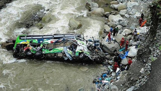 Nepalde yolcu otobüsü uçuruma yuvarlandı: 32 ölü