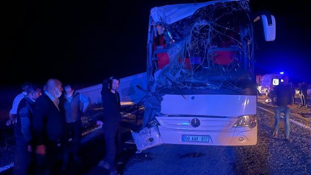 Öğrencileri taşıyan otobüs tırla çarpıştı: 44 yaralı