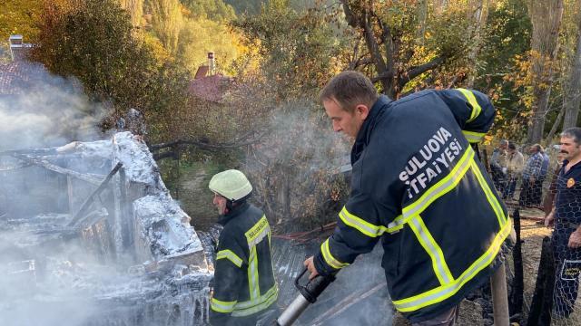 Amasyada ahşap evde çıkan yangın ormanlık alana sıçramadan söndürüldü