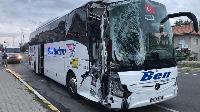Uşakta yolcu otobüsü midibüse çarptı: 3 yaralı
