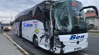 Uşak'ta yolcu otobüsü midibüse çarptı: 3 yaralı