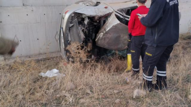 Kırıkkalede devrilen otomobildeki 2 kişi yaralandı