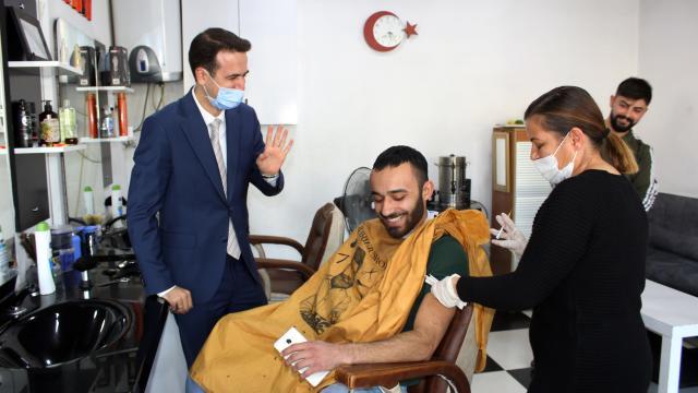 Saraykent Kaymakamı Açıkgöz berber koltuğundaki vatandaşı aşıya ikna etti