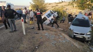 Gaziantep'te minibüs ile otomobil çarpıştı: 12 yaralı
