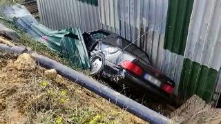 İstanbul'da otomobil metro şantiyesine düştü