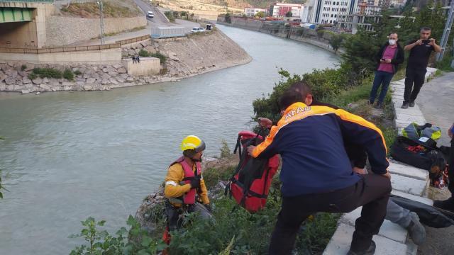 Artvinde nehre düşen kedinin yardımına AFAD ekibi koştu
