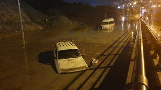 Aydın'da sağanak ve fırtına: Araçlar suya gömüldü, ağaçlar devrildi