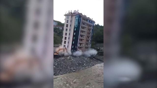 Bozkurt'ta selde hasar gören 10 katlı bina iş makinesiyle yıkıldı