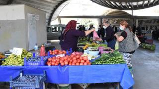Bursa'daki pazarda sebze ve meyveler aracısız satılıyor
