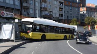 Kağıthane'de İETT otobüsü durağa çarptı