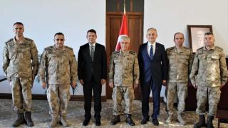 Jandarma Genel Komutanı Orgeneral Çetin, İskenderun Kaymakamlığını ziyaret etti HATAY (AA) - Jandarma Genel Komutanı Orgeneral Arif Çetin ve beraberindeki heyet, incelemelerde bulunmak üzere geldiği Hatay'da İskenderun Kaymakamlığını ziyaret etti.  K