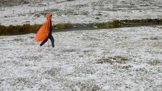 Kars'a yağan dolu çevreyi beyaza bürüdü