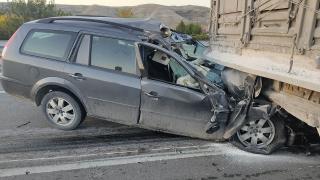 Ankara'da otomobil tıra çarptı: 1 ölü