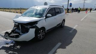 Isparta'da tarım aracı ile otomobil çarpıştı