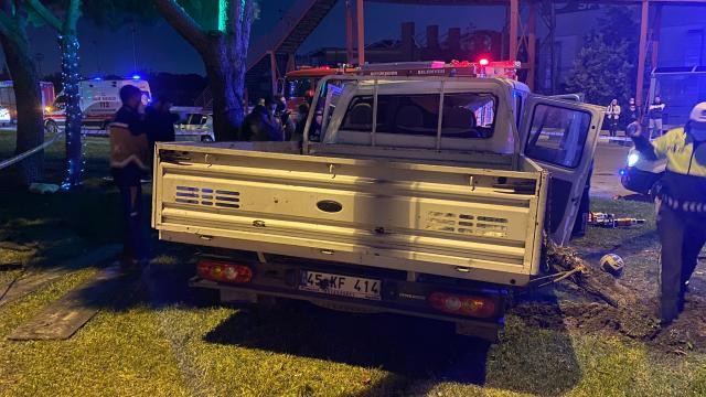 Manisada ağaca ve direğe çarpan kamyonetteki 2 kişi öldü