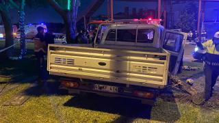 Manisa'da ağaca ve direğe çarpan kamyonetteki 2 kişi öldü
