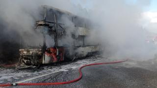 2 katlı yolcu otobüsü alevlere teslim oldu