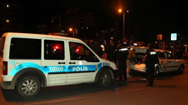Polisin dur ihtarına uymayan otomobildekiler yakalandı