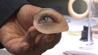 Gerçeğinden ayırt edilemeyen protez gözler yapıyor