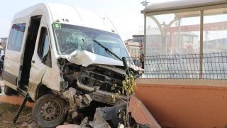 Minibüs duraktaki öğrenciye çarptı: 7 yaralı