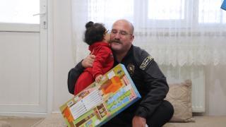Siirt Emniyet Müdürü, bedensel engelli çocuğa bebek arabası desteğinde bulundu