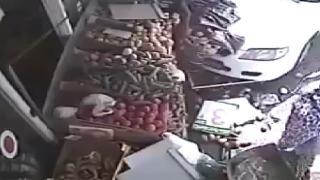 Araç çarptı yine de alışverişe devam etti