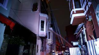 Fatih'te 4 katlı metruk binada çıkan yangın söndürüldü