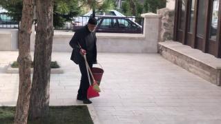 85 yaşındaki Turan amca her gün cami bahçesini temizliyor