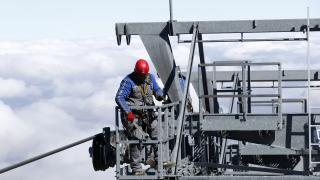 Erciyes'in zirvesinde, şiddetli rüzgar ve soğukta zorlu teleferik mesaisi