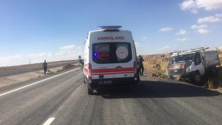 Şanlıurfa'da kamyonetin şarampole devrilmesi sonucu 2 kişi yaralandı