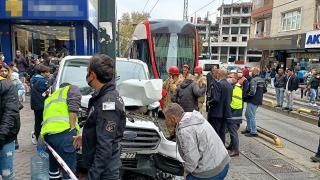 İstanbul'da tramvay ile araç çarpıştı: Kaza anı kamerada