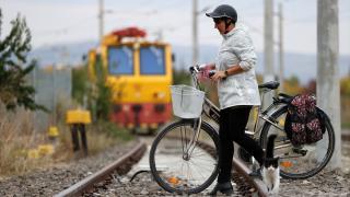 Manolya öğretmen okula gitmek için kilometrelerce pedal çeviriyor