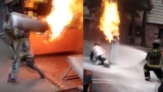 Meksikalı itfaiyeci faciayı önlemek için yanan tüpü sırtladı