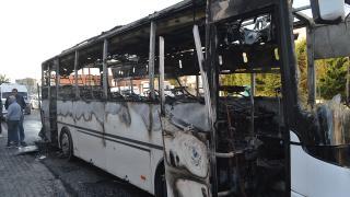 İçinde işçilerin bulunduğu otobüste yangın: Araç küle döndü