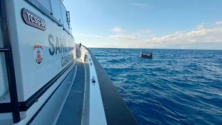 Lastik bottaki 21 düzensiz göçmeni Sahil Güvenlik kurtardı