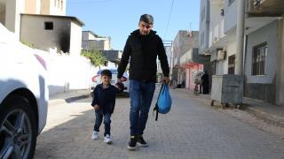 Protez bacakla hayata tutunan Suriyeli Muhammed okula başladı