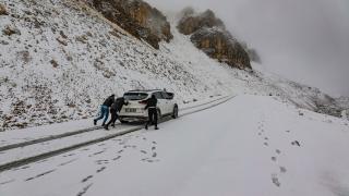 Van'da kar nedeniyle araçlar yolda mahsur kaldı