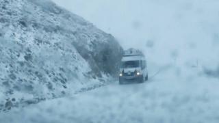 Van'da kar etkisini artırıyor: Araçlar yolda mahsur kaldı