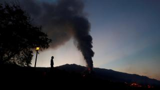 Cumbre Vieja Yanardağı'ndan çıkan lavlar 1956 binayı kül etti