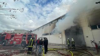Eskişehir'de ambalaj fabrikasında çıkan yangına müdahale ediliyor