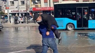 Caddeyi su bastı, omzuna alarak karşıya geçirdi