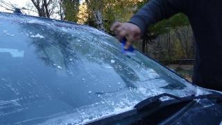 Kars'ta araçların camları dondu