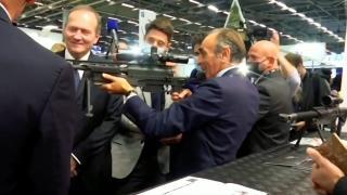 Fransa cumhurbaşkanı adayı Zemmour gazetecilere silah doğrulttu