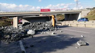 Sancaktepe'de hafriyat kamyonu devrilince yol trafiğe kapandı