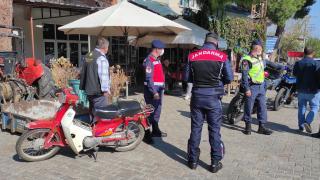 Manisa'da jandarma ekipleri kaza geçiren motosiklet sürücülerine kask hediye etti