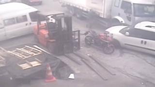 Freni boşalan kamyonu durdurmaya çalışınca ayakları ezildi