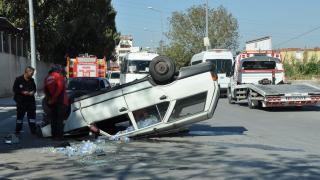 Mersin'de devrilen otomobilin sürücüsü yaralandı