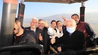 Denizli'de muhtarlar balonla Pamukkale turu yaptı